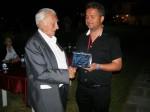 Απονομή τιμητικής πλακέτας στον κ. Άρη Πουλιανό, από τον Πρόεδρο του Πολιτιστικού Συλλόγου κ. Ευαγ.Τσακνάκη